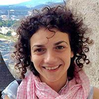 Porträtfoto einer jungen Frau, sie blickt direkt in die Kamera