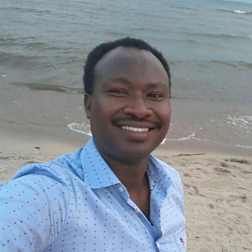 Porträt von Germain Rukuki, im Hintergrund sieht man das Meer