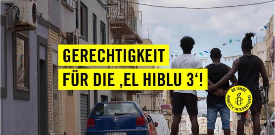 """Drei Jugendliche von hinten. Sie stehen nebeneinander und halten sich an den Armen fest. In schwarzer Schrift steht daneben auf gelben Balken """"Gerechtigkeit für die 'El Hiblu 3'!"""". Auf einem gelben Kreis steht in schwarzer Schrift """"60 Jahre Amnesty International"""" und das Logo von Amnesty, eine Kerze, die von Stacheldreht umgeben ist, ist zu sehen."""