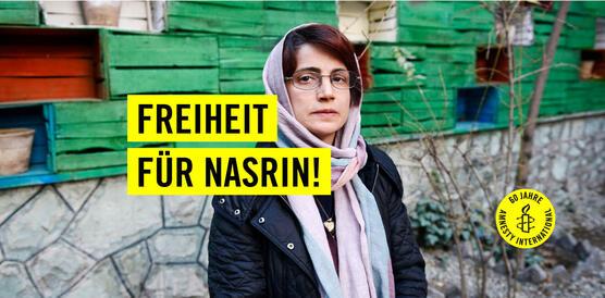 """Eine Frau mit Brille einem Schal um den Kopf vor einem grauen und grünen Hintergrund. In schwarzer Schrift steht auf gelben Balken """"Freiheit für Nasrin!"""". Auf einem gelben Kreis ist in schwarzer Schrift """"60 Jahre Amnesty International"""" zu lesen und die Amnesty-Kerze."""