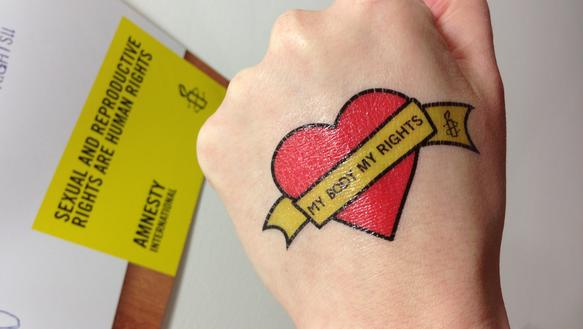 "Hand mit Tattoo der Kampagne ""My Body My Rights"""