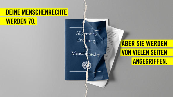 """Fotografie des Heftchens """"Allgemeine Erklärung der Menschenrechte"""", dessen rechte Seite stark zerknittert ist.; auf der linken Seite des Bildes steht """"Deine Menschenrechte werden 70."""", auf der rechten Seite steht """"Aber sie werden von vielen Seiten angegriffen."""""""