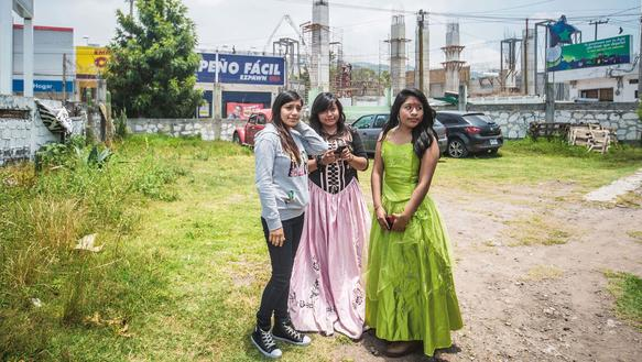 Mädchen hocken in der Öffentlichkeit