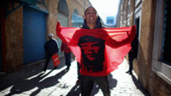 Revolution verbindet: Demonstrant in Tunis mit Che Guevara-Fahne