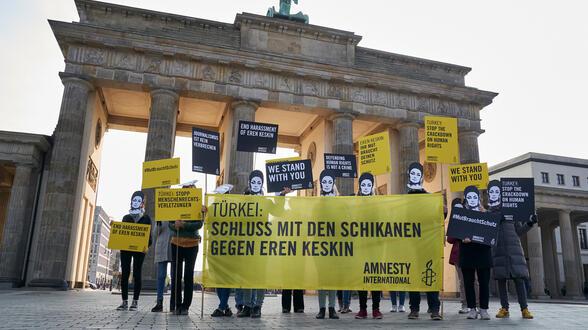 https://www.amnesty.de/sites/default/files/styles/588x330/public/2019-04/Amnesty-Aktion-in-Berlin-fuer-Eren-Keskin-Tuerkei-April2019.JPG?h=03efbb8a&itok=VUhY53ot