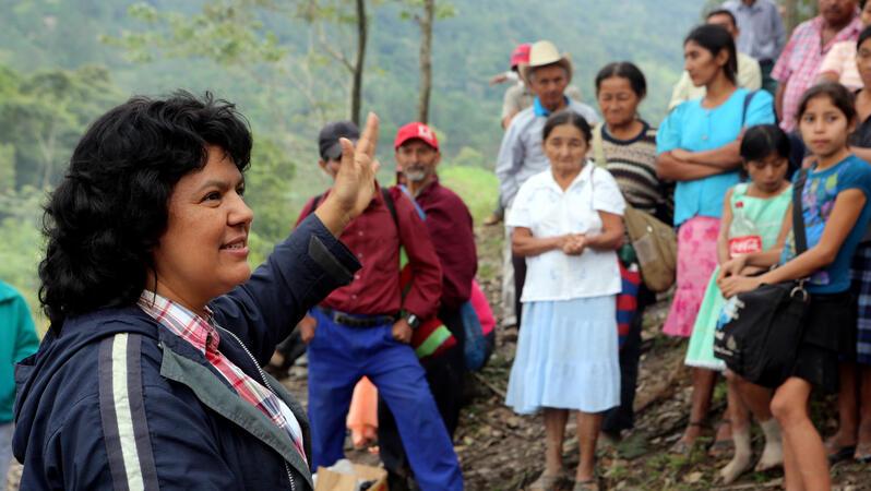 Eine Frau spricht vor einer Gruppe von Menschen
