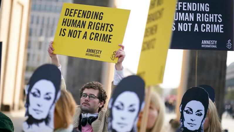 Amnesty demonstrierte am 9. April 2019 vor dem Brandenburger Tor für die türkische Menschenrechtlerin Eren Keskin und die Pressefreiheit in der Türkei