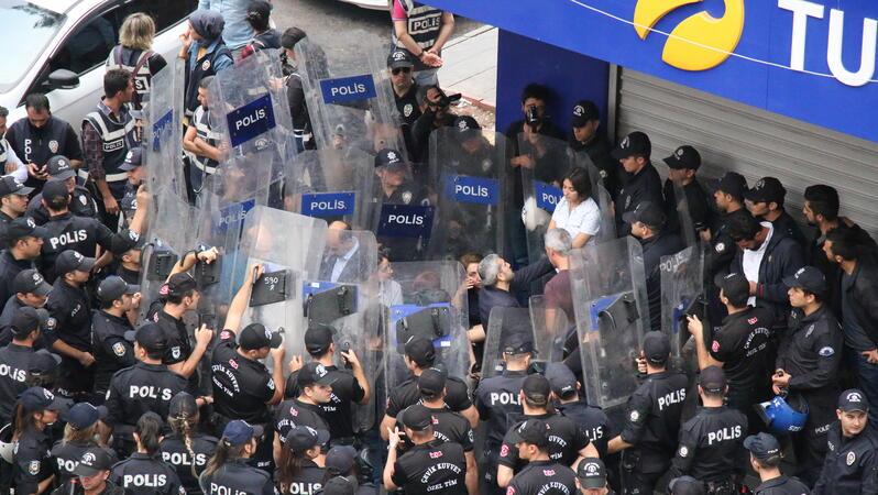 Polizei hindert Politiker der Oppositionspartei HDS (Demokratische Partei der Völker) am 20. Oktober 2019 in Diyarbakır daran, eine kritische Stellungnahme zu der 'Operation Peace Spring' vorzulesen.