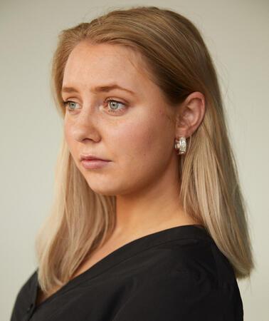 Porträt einer Frau vor weißem Hintergrund