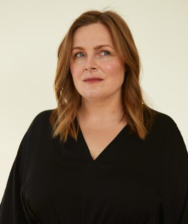 Porträtfoto einer Frau vor weißem Hintergrund
